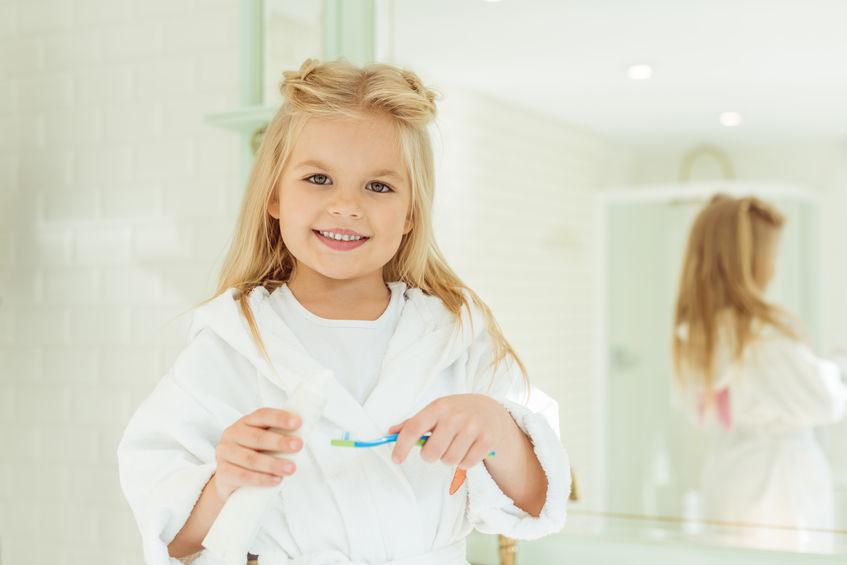 carie nei denti da latte: bimba che sorride
